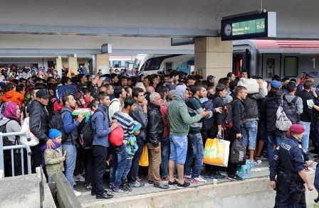 Wien_-_Westbahnhof_Migranten_am_5_Sep_20151-448x293
